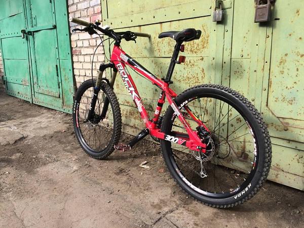 Horské kolo u garáže