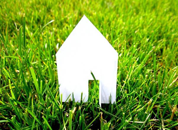 Papírový domek na trávě