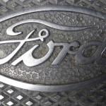 logo Ford na masce auta