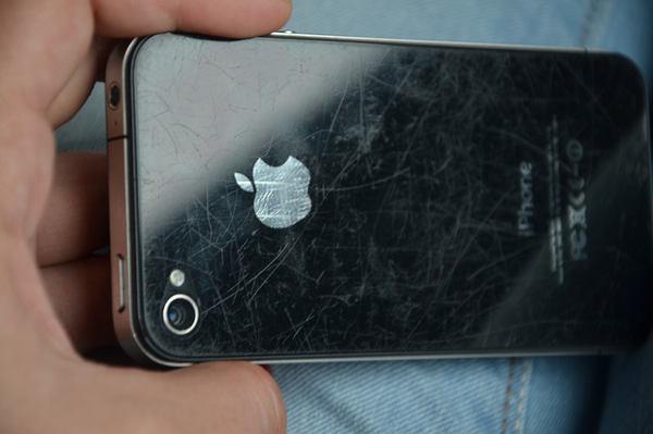 poškrábaný iPhone