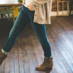 Dívka chodící po podlaze