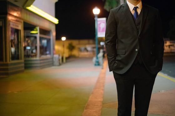 muž v saku na ulici