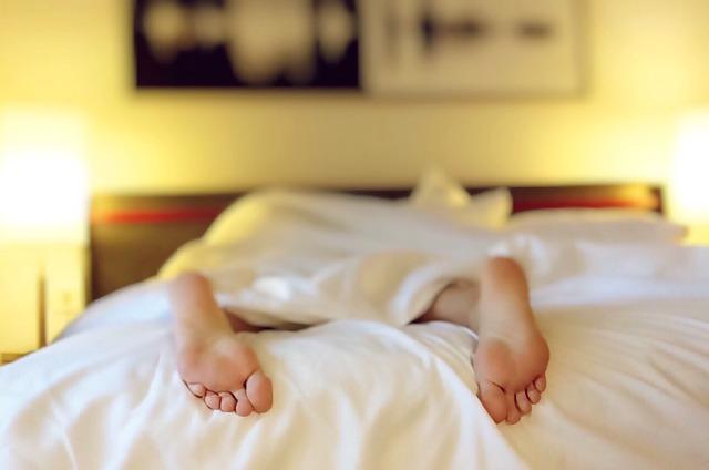 nohy-v-posteli
