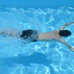 Muž v bazénu